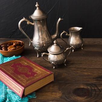 Alcorão perto de datas e jogo de chá