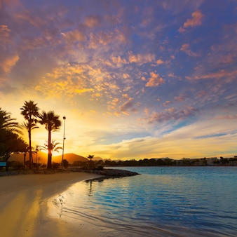 Alcudia maiorca ao pôr do sol na praia de maiorca
