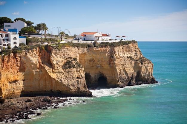 Aldeia à beira-mar numa falésia com vista para o oceano em portugal foto horizontal
