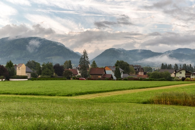 Aldeia alpina entre as montanhas