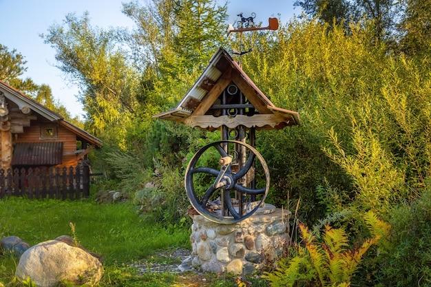 Aldeia bem na aldeia svyatogorovo no distrito de dmitrovsky da região de moscou