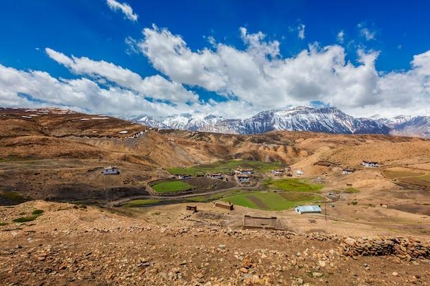 Aldeia cômica em alta altitude no himalaia. spiti valley, himachal pradesh, índia