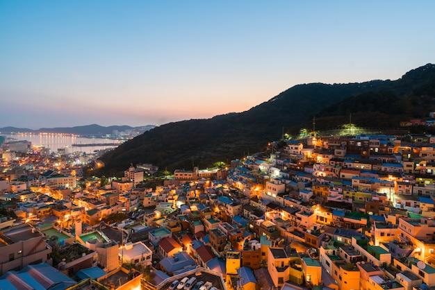 Aldeia da cultura de gamcheon na noite em busan, coreia do sul.