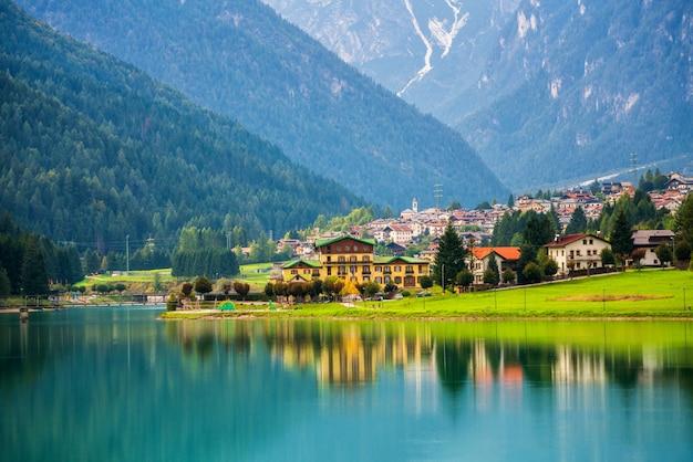 Aldeia da montanha em auronzo di cadore, itália
