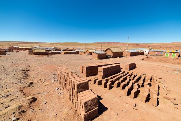 Aldeia de adobe nas terras altas andinas desérticas da bolívia