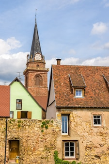 Aldeia de bergheim com muro de defesa e campanário - alsácia, frança