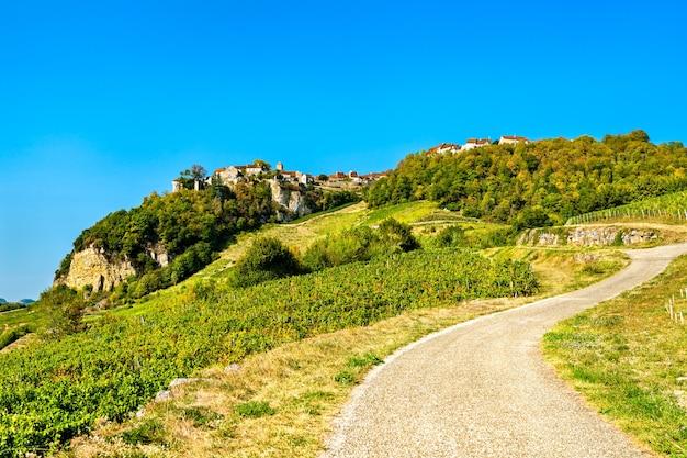 Aldeia de chateauchalon acima de seus vinhedos em jura, frança