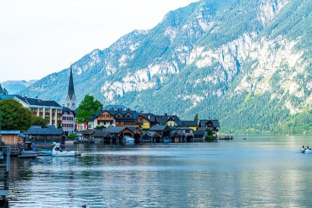 Aldeia de hallstatt no lago hallstatter em alpes austríacos