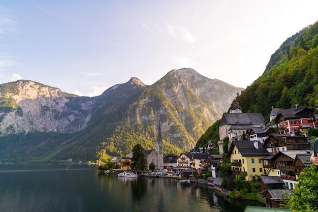 Aldeia de hallstatt no lago hallstatter nos alpes austríacos