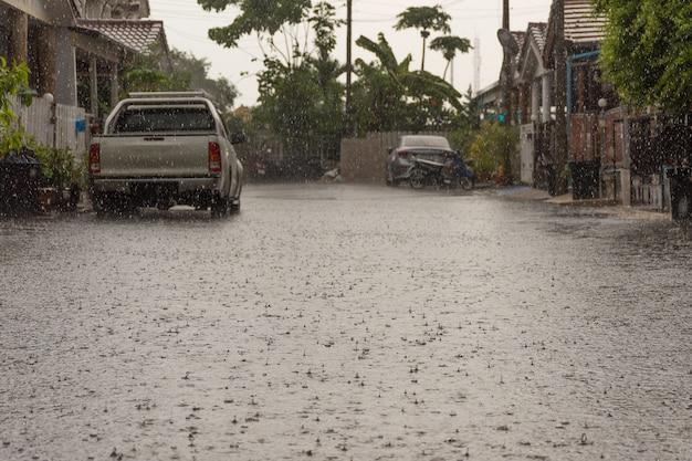 Aldeia de inundação de água no distrito de don mueang. problema com o sistema de drenagem.
