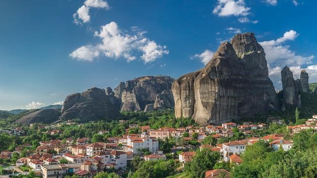 Aldeia de kastraki nas montanhas de meteora, grécia