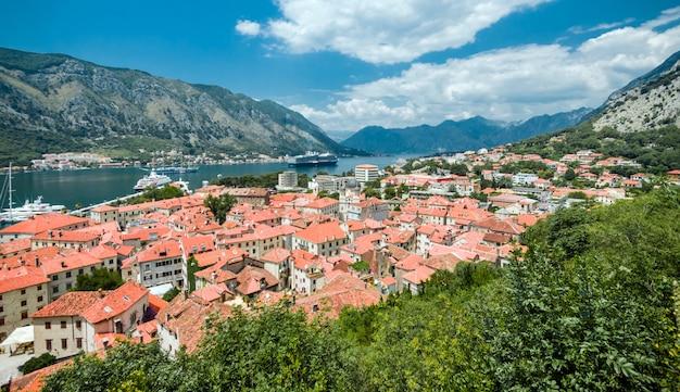 Aldeia de kotor no montenegro