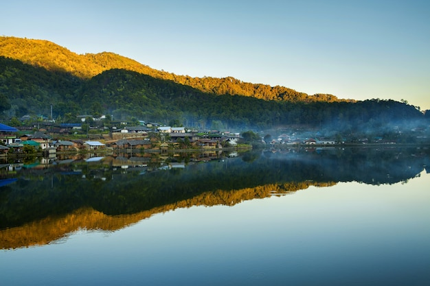 Aldeia de montanha bonita ao redor do lago com reflexo em mae hong son, tailândia