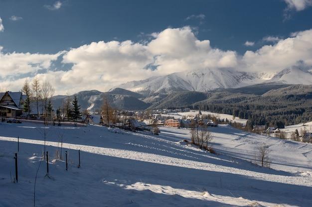 Aldeia de montanha coberta de neve