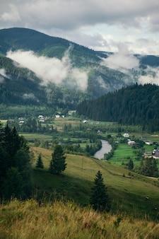 Aldeia de montanha comum nos cárpatos no outono