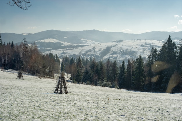 Aldeia de montanha de neve