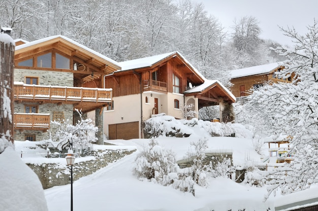 Aldeia de montanha na neve