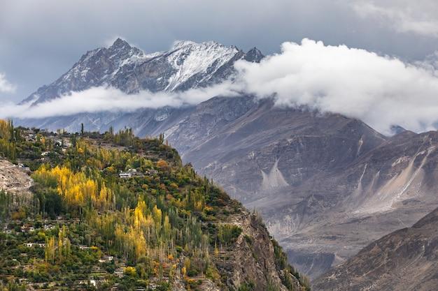 Aldeia de montanha no vale do rio hunza gilgit baltistan, áreas do norte do paquistão