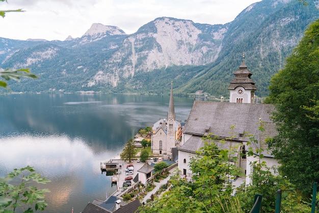 Aldeia de montanha nos alpes austríacos na área de salzkammergut perto do lago