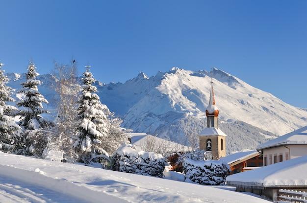 Aldeia de neve na montanha