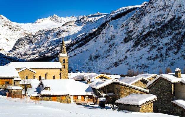 Aldeia de neve na paisagem de inverno