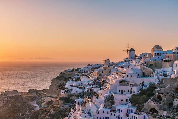 Aldeia de oia ao pôr do sol, ilha de santorini, grécia