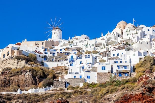 Aldeia de oia na ilha de santorini, grécia. vista do porto de amoudi.