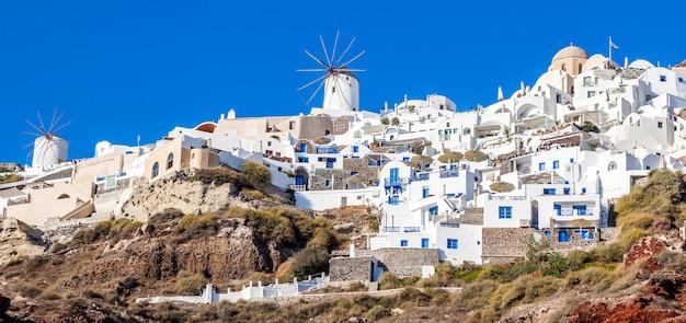 Aldeia de oia na ilha de santorini, grécia. vista panorâmica do porto de amoudi.