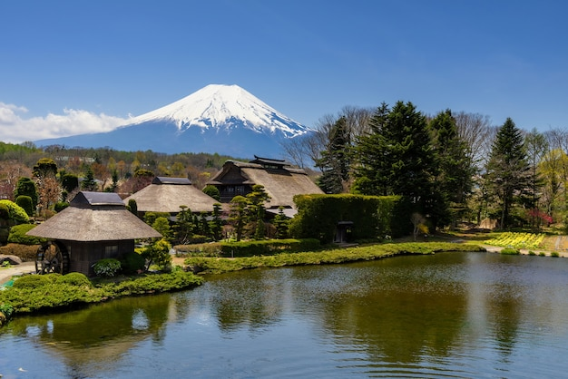 Aldeia de oshino hakkai com vista para fuji