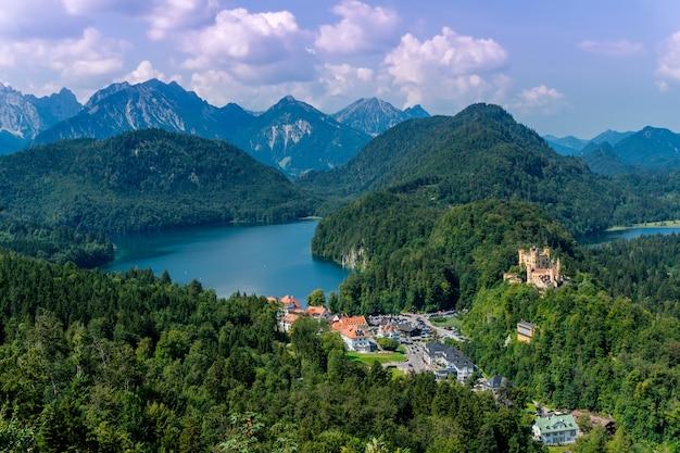 Aldeia de schwangau na baviera, sul da alemanha, vista do castelo neuschwanstein, atrações turísticas populares