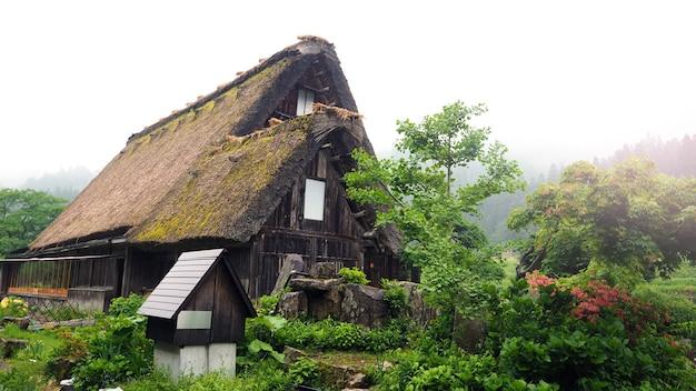 Aldeia de shirakawa-go no dia chuvoso e a velha casa de estilo vintage no japão.
