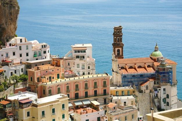Aldeia deslumbrante de atrani com vista para o mar na costa amalfitana, itália