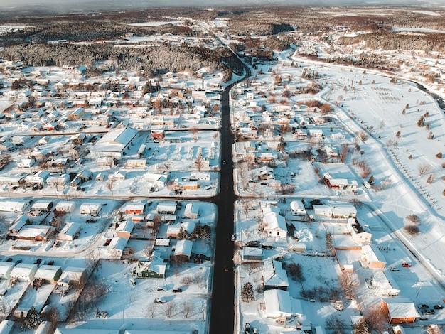 Aldeia durante o inverno e o dia