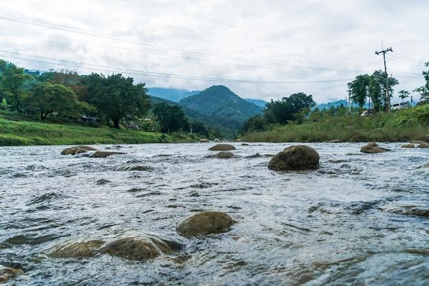 Aldeia kiriwong - uma das melhores aldeias ao ar livre na tailândia e vive na cultura do antigo estilo tailandês. localizado em nakhon si thammarat, ao sul da tailândia