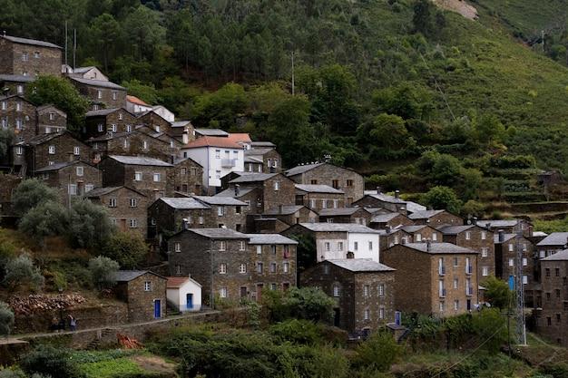 Aldeia montanhosa encantadora entre a vegetação em piodão, portugal