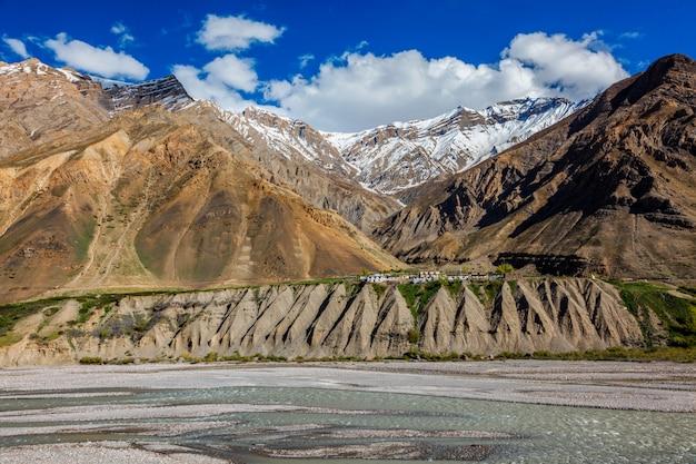 Aldeia nas montanhas do himalaia. pin valley, himachal pradesh, índia