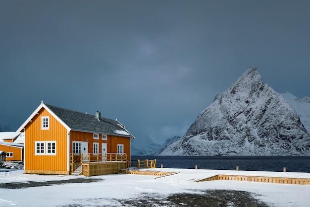 Aldeia piscatória de sakrisoy nas ilhas lofoten, noruega
