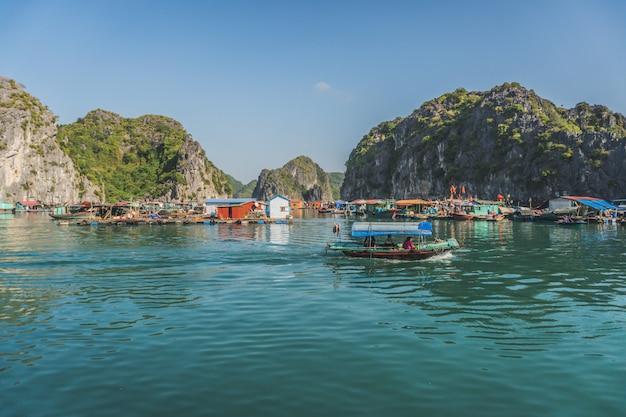 Aldeia piscatória flutuante na baía de ha long