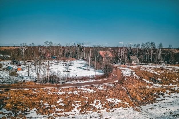 Aldeia russa no início da primavera. paisagem rústica com casas e