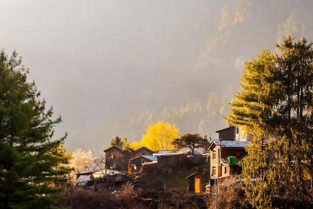 Aldeia tibetana nas montanhas do himalaia de manhã, ao nascer do sol