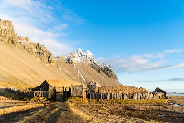 Aldeia viking islandesa tradicional. casas de madeira perto de montanhas