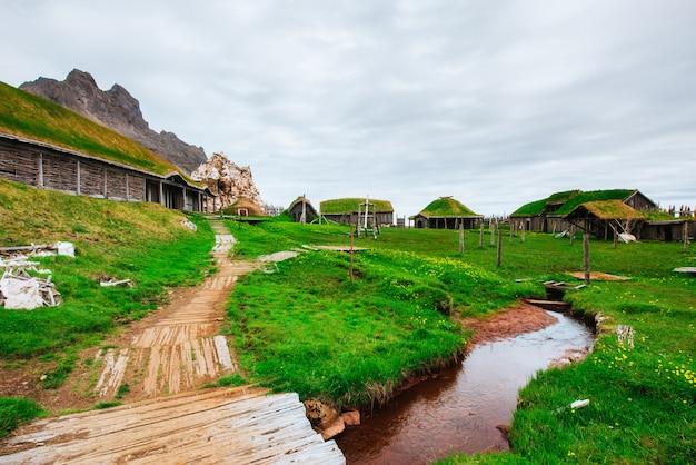 Aldeia viking tradicional. casas de madeira perto dos abetos da montanha