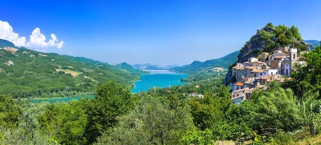 Aldeias e lagos pitorescos da itália