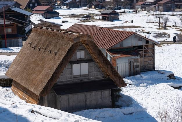 Aldeias históricas de shirakawa-go e gokayama, japão no inverno.