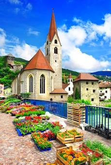 Aldeias italianas encantadoras, mercado de flores em chiusa, ao norte da itália