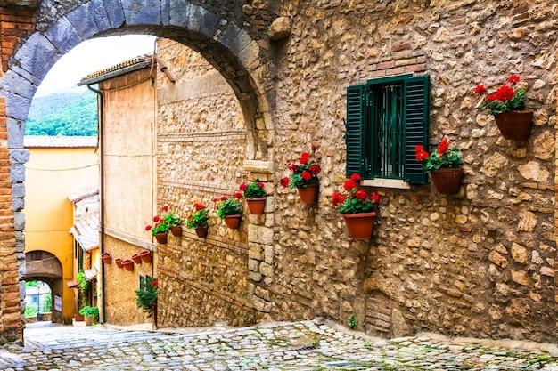 Aldeias medievais tradicionais da itália, ruas pitorescas de casperia, província de rieti