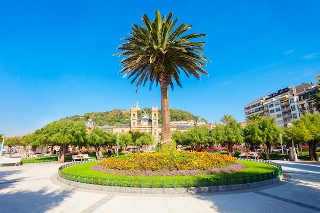 Alderdi eder é um parque público no centro da cidade de san sebastian, país basco, no norte da espanha