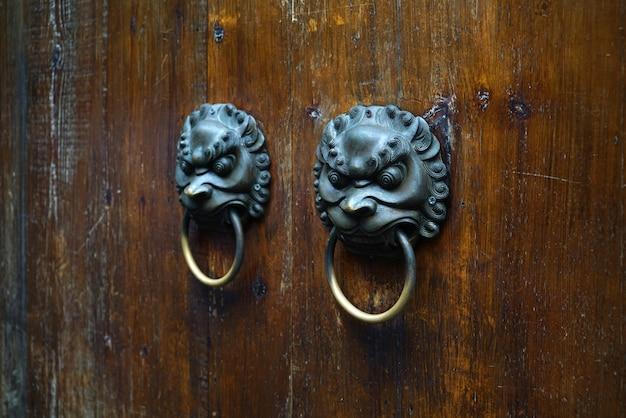 Aldrava antiga em forma de cabeça de leão.