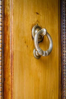 Aldrava de metal em uma porta