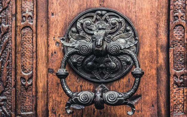 Aldrava de porta de madeira velha e ferro.
